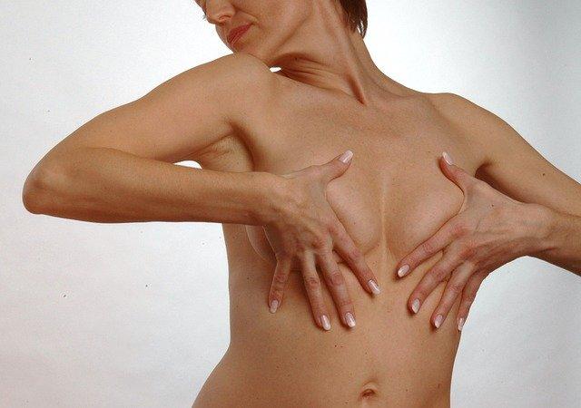 schovaná prsa