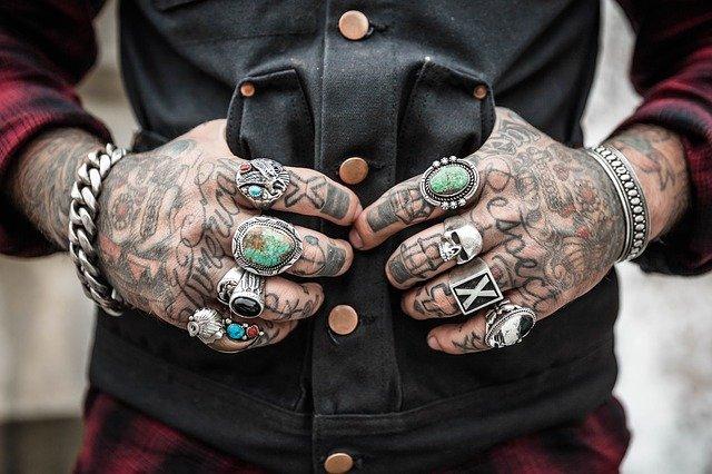 tetované ruce