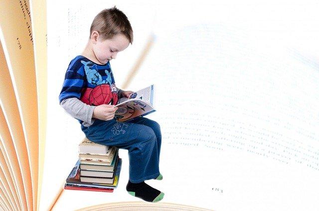 kluk s knihami.jpg