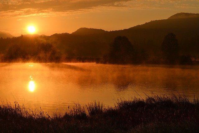 východ slunce za rybníkem.jpg