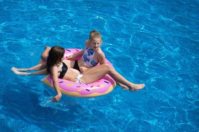 dvě dívky na kruhu v bazénu